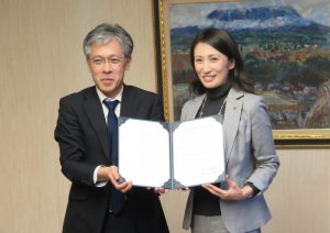 協定書に署名した高木弘恵学長と早川克郎校長
